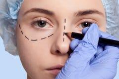 Красивые линии прокалывания деятельность молодой женщины пластической хирургии Стоковые Изображения