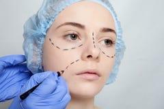 Красивые линии прокалывания деятельность молодой женщины пластической хирургии Стоковые Фотографии RF
