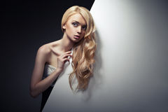 Красивые длинние волосы на привлекательной женщине стоковое фото