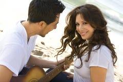 Красивые испанские пары смеясь над и усмехаясь Стоковые Фотографии RF