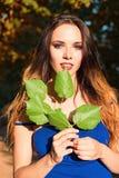 Красивые листья удерживания маленькой девочки в руках Стоковое Изображение