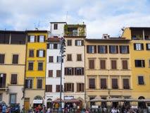 Красивые итальянские здания стиля на Santa Croce придают квадратную форму в Флоренсе - ФЛОРЕНСЕ/ИТАЛИИ - 12-ое сентября 2017 Стоковые Изображения RF
