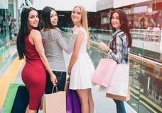 Красивые и славные молодые дамы представляют Они смотрят назад на камере и усмехаться Девушки счастливы потому что они стоковые изображения rf