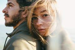 Красивые и стильные пары идя на скалистый пляж Д-р пар Стоковые Фотографии RF
