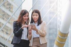 Красивые и счастливые женщины используя мобильный телефон Стоковое Изображение