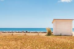 Красивые и удобные loungers солнца морем на Алгарве Стоковые Изображения