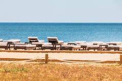 Красивые и удобные loungers солнца морем на Алгарве Стоковые Фото