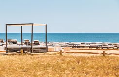Красивые и удобные loungers солнца морем на Алгарве Стоковая Фотография RF