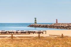 Красивые и удобные loungers солнца морем на Алгарве Стоковое Изображение RF