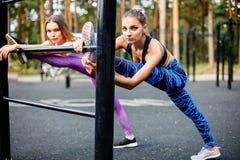 Красивые кавказские женщины делая тренировку внешнюю в парке Стоковое Изображение