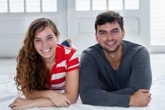 Красивые кавказские пары влюбленности смотря камеру в новом apartme Стоковое фото RF