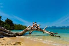 Красивые кавказские пары на пляже Стоковое фото RF