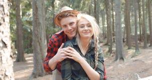 Красивые кавказские пары ослабляя в лесе во время солнечного дня Стоковое Фото