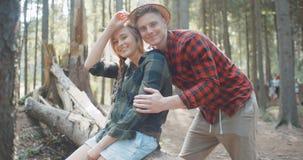 Красивые кавказские пары ослабляя в лесе во время солнечного дня сток-видео