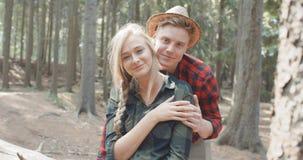 Красивые кавказские пары ослабляя в лесе во время солнечного дня видеоматериал