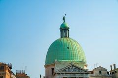 Красивые каналы узкой части Венеции, с много классических гондол Стоковое фото RF