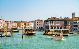 Красивые каналы узкой части Венеции, с много классических гондол Стоковые Фото