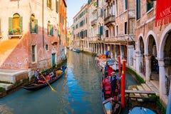 Красивые каналы узкой части Венеции, с много классических гондол Стоковые Фотографии RF