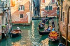 Красивые каналы узкой части Венеции, с много классических гондол Стоковая Фотография RF