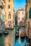 Красивые каналы узкой части Венеции, с много классических гондол Стоковые Изображения RF