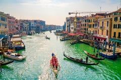 Красивые каналы узкой части Венеции, с много классических гондол Стоковое Фото