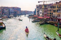 Красивые каналы узкой части Венеции, с много классических гондол Стоковое Изображение