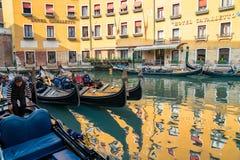 Красивые каналы узкой части Венеции, с много классических гондол Стоковое Изображение RF