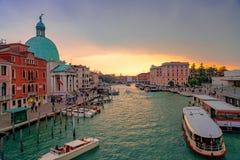 Красивые каналы узкой части Венеции, с много классических гондол Стоковая Фотография