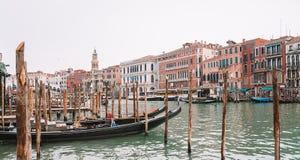 Красивые каналы узкой части Венеции, с много классических гондол Стоковые Изображения