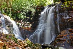 Красивые каскадируя водопады стоковая фотография