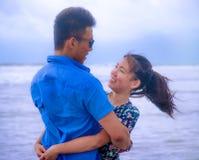 Красивые китайские азиатские пары с женщиной обнимают ее парня roma Стоковое Изображение RF