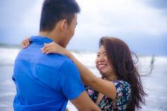 Красивые китайские азиатские пары с женщиной обнимают ее парня roma Стоковое Фото