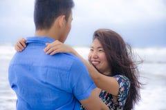 Красивые китайские азиатские пары с женщиной обнимают ее парня roma Стоковое Изображение
