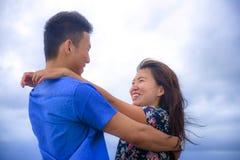 Красивые китайские азиатские пары с женщиной обнимают ее парня roma Стоковое фото RF