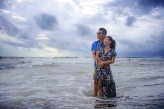 Красивые китайские азиатские пары с женщиной обнимают ее парня roma Стоковые Изображения