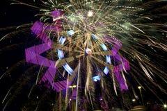 Красивые колесо Ferris и фейерверки на ноче стоковое изображение rf