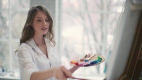 Красивые краски девушки на холсте видеоматериал