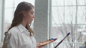 Красивые краски девушки на холсте акции видеоматериалы