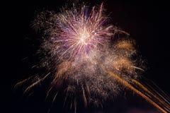 Красивые красочные фейерверки в ночном небе стоковое фото