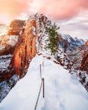 Красивые крутые холмы и снежные горы с изумительным небом стоковое фото