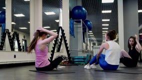 Красивые любовники фитнеса молодых женщин связывают во время перерыва сток-видео