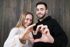 Красивые любящие молодые пары стоят смотрящ на один другого и smilin Стоковые Изображения