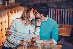 Красивые любящие пары сидя в кофе кафа выпивая и conversating Стоковые Фото