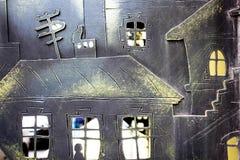 Красивые маленькие дома сделаны из утюга Малые окна и двери сделаны очень тщательно Необыкновенное исполнение утюга стоковые фотографии rf