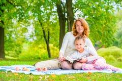 Красивые мать и дочь проводят выходные на пикнике Стоковые Фотографии RF