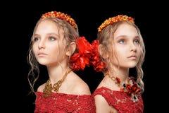 Красивые маленькие девочки в красных платьях Стоковые Фото