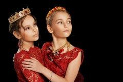 Красивые маленькие девочки в красных платьях Стоковые Изображения RF