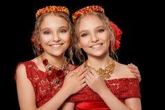 Красивые маленькие девочки в красных платьях Стоковое фото RF