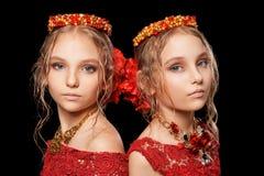 Красивые маленькие девочки в красных платьях Стоковая Фотография RF