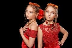 Красивые маленькие девочки в красных платьях Стоковые Фотографии RF